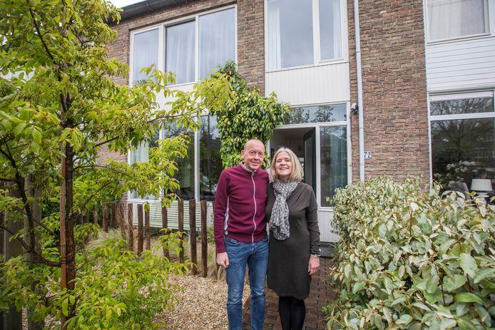 Charlotte en Col Grootjans verkopen een eengezinswoning aan de Juliana van Stolberglaan in Voorschoten