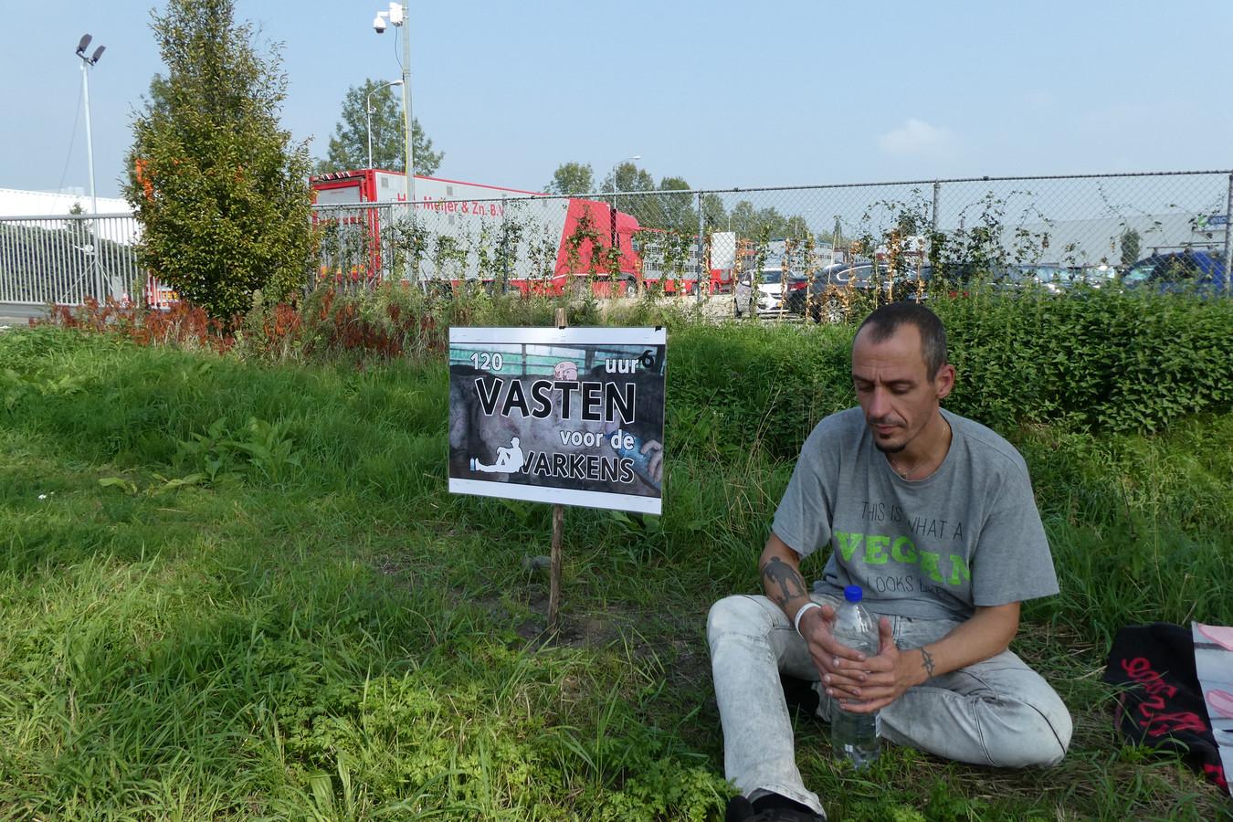 Remko Ehrhardt is in hongerstaking om aandacht te vragen voor het welzijn van varkens bij de slachterij Vion in Boxtel.