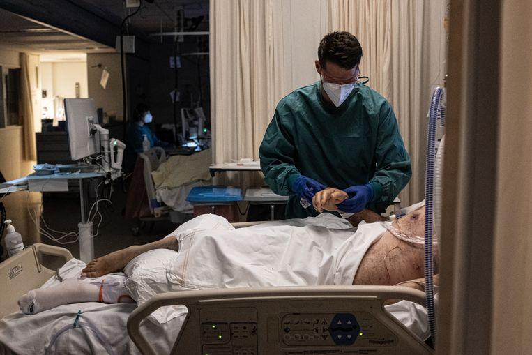 Een patiënt op de intensive care in de Noordwest Ziekenhuisgroep in Alkmaar.  Beeld Joris van Gennip