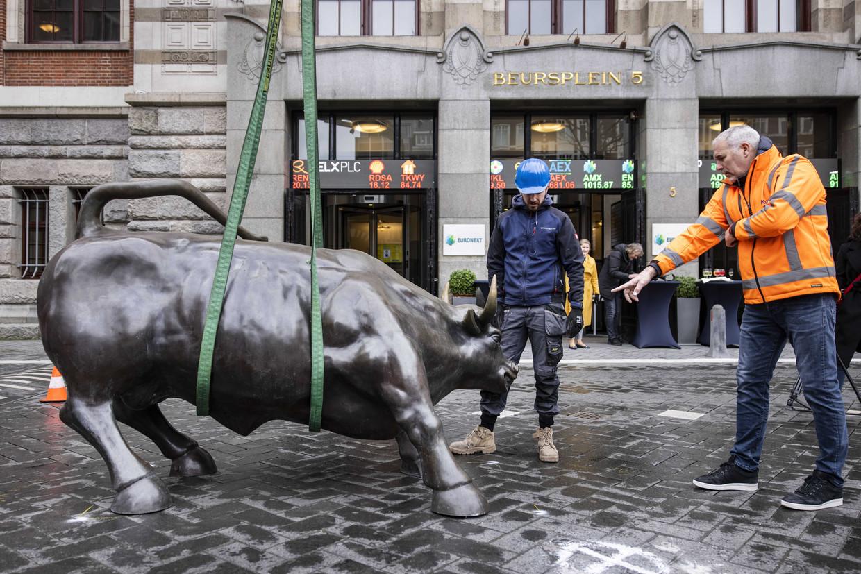 De bronzen stier hangt in de takels om teruggeplaatst te worden op het Beursplein, voor de ingang van Euronext.