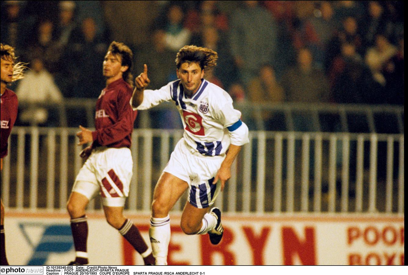 Luc Nilis scoort in 1993 in de Europacup I tegen Sparta Praag.