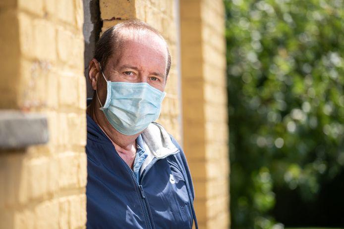 """""""De overheid moet veel meer sturend werken. Waarom heeft ze zolang gewacht om mondmaskers in winkels te verplichten?"""" vraagt Johan zich af."""