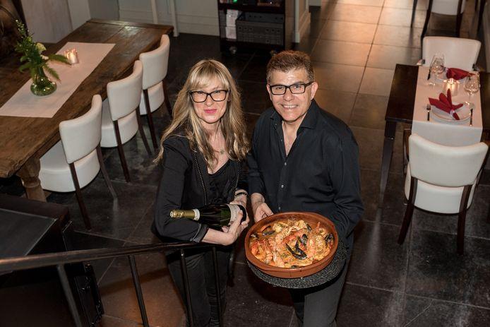 José Blanco (r) en Donna Cabanov hebben eindelijk hun nieuwe Spaanse restaurant Mi Olivo in Zierikzee kunnen openen.