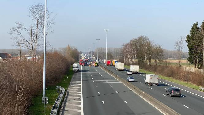 """E40 tussen Wetteren en Erpe-Mere even versperd na ongeval: """"Een reddingsstrook was helaas niet te zien"""""""