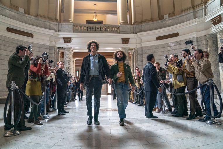 Sacha Baron Cohen (links) en Jeremy Strong in 'The Trial of the Chicago 7': genomineerd voor Beste Film en gewoon bij u thuis te bekijken.  Beeld AP