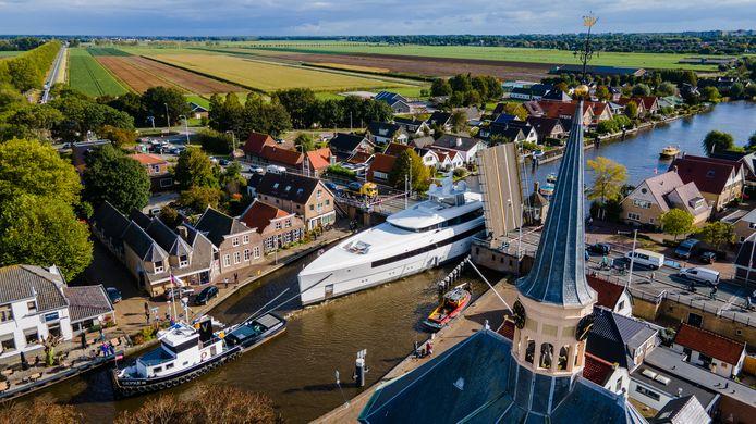 Megajachten Harle (klassieke model) van 45 meter, en megajacht Najiba van 58 meter kwamen via Rotterdam, Gouda en Alphen terug naar de Kaag voor een onderhoudsbeurt bij de Feadship werf Royal Van Lent. Beide schepen varen onder de vlag van George Town.