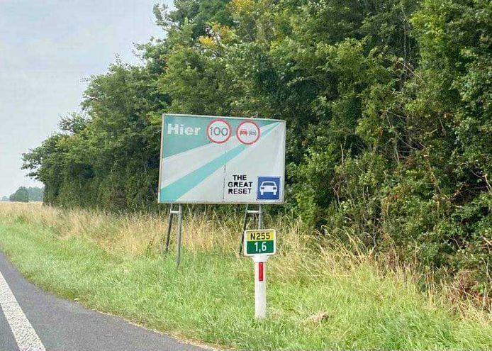 Niet alleen langs de N57, maar ook op borden langs de Oost-westweg op Noord-Beveland is de tekst te vinden.