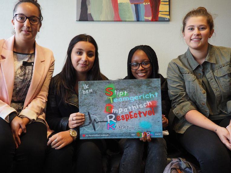 Youssra Ouahabi, Hajar Achakkar, Dadda Oumarou en Clara Leemans met het STERK-bord dat in elke klas hangt.