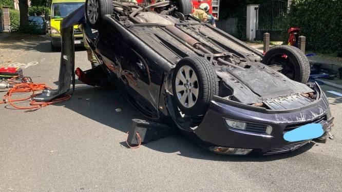 Auto gaat over kop, bestuurster lichtgewond