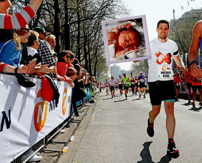 Mathijs Lourens finisht op de Coolsingel met een foto van zijn overleden dochter Myla in zijn handen.