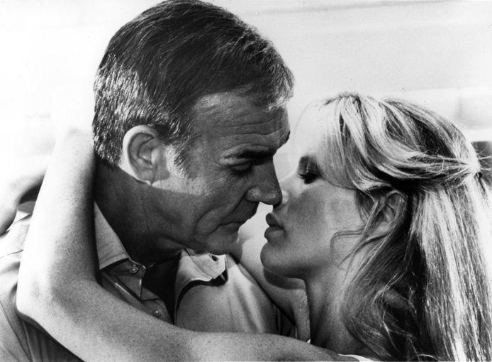 Kim Basinger samen met Sean Connery in de James bond film 'Never Say Never again'