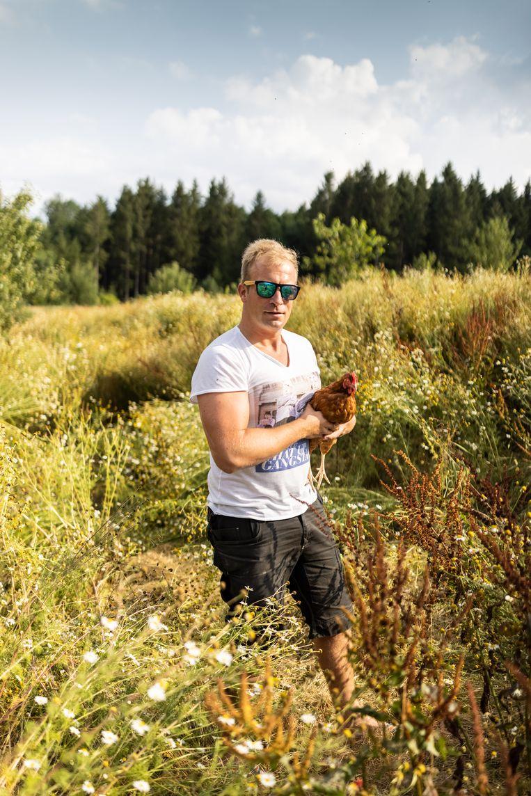 Christoph Holzbauer van Biohof Holzbauer. Zijn biokippen leggen wekelijks 70.000 eieren. 'Ze hebben hier ruimte zat.' Beeld Julius Schrank