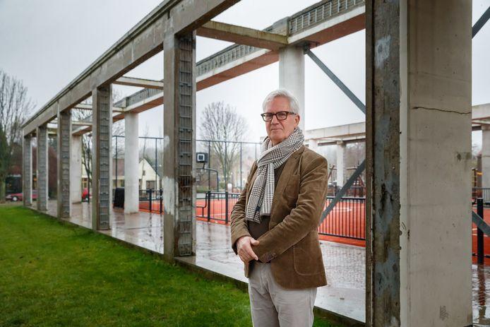 Burgemeester Jac Klijs bij het vernieuwde dorpshart van Moerdijk. Hij vertrekt op 1 juni. Op dinsdag 20 april weten we wie hem opvolgt.
