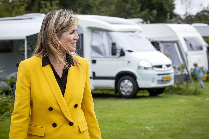 Koningin Maxima bezoekt camping Ons Buiten bij Oostkapelle.