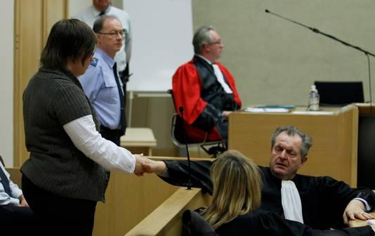 Haar advocaat Vic Van Aelst probeert zijn cliënt te troosten.