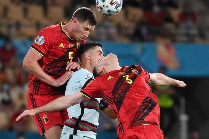 Vertonghen en Vermaelen omsingelen Ronaldo.