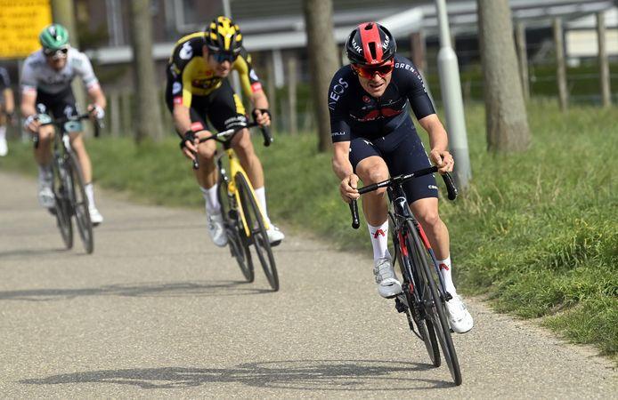Tom Pidcock met Wout van Aert en Maximilian Schachmann in zijn wiel tijdens de 55ste editie van de Amstel Gold Race.