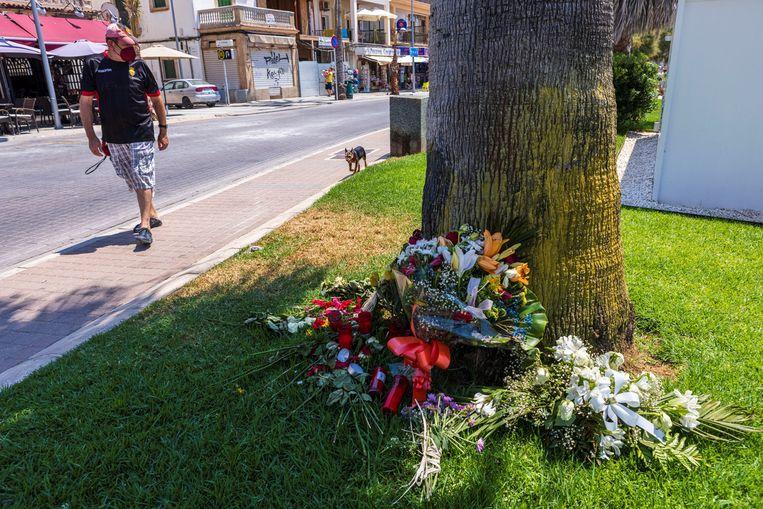 Bloemen bij de plek waar Carlo Heuvelman werd mishandeld, met fatale afloop. Beeld EPA