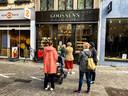 De wachtrij voor bakkerij Goossens in Antwerpen.