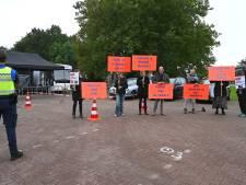 Demonstratie bij prikbus GGD in Boxmeer: 'Geen gifspuiten in onze kinderen'