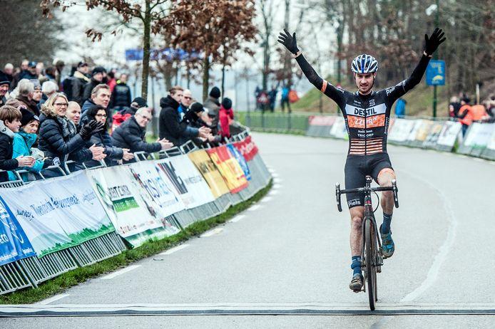 TWAN van den BRAND, wint de zware veldrit in Huijbergen, door vanaf het begin zijn krachten te spraren, waardoor hij in de slotfase de wedstrijd naar zijn hand kon zetten.  Foto: Joris Knapen | Pix4Profs