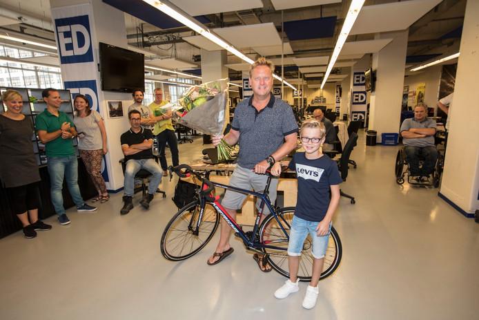 Léon Kox met zoontje Jur als winnaar van de ED Lezerstour op de redactie in Eindhoven