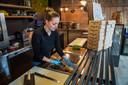 Sanne van Duuren werk in de vestiging aan de Vlaszak en laat zien hoe ze een tosti bereidt.