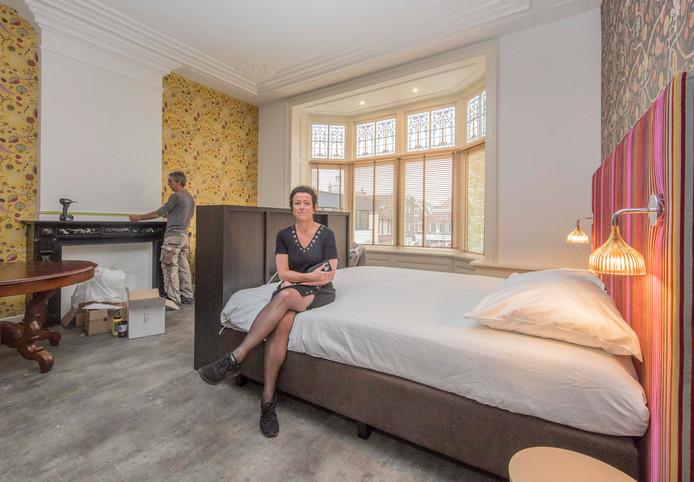 Anita Maas in de bruidssuite van de voormalige pastorie aan de Singelstraat in Goes, nu eigendom van Slot Oostende.