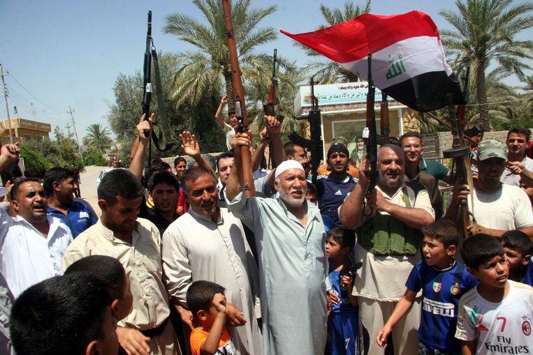 Vrijwilligers geven gehoor aan de oproep de 'soennitische rebellen' te verjagen Beeld epa