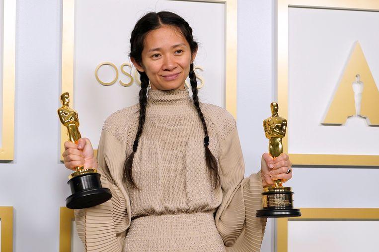 Zhao met haar Oscars.  Beeld Reuters