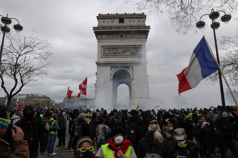10.000 'gele hesjes' kwamen voor de achttiende zaterdag op rij op straat in Parijs. Beeld AFP