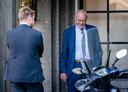 Informateur Johan Remkes rookt een shagje tijdens een schorsing van de gesprekken over de kabinetsformatie.