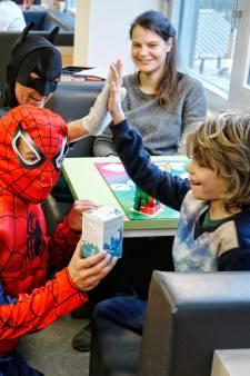 Glazenwassende Batman, Spiderman en Captain America verrassen WKZ-patiëntjes
