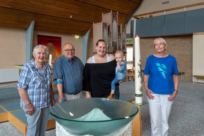 Enkele betrokken leden van de Ontmoetingskerk in Doorwerth. Van links naar rechts Geertje Struik-van Dijk, Peter Maassen, Mirjam van Spanje-de Zwart (30) en haar zoontje Gijs en Anne Krijger.