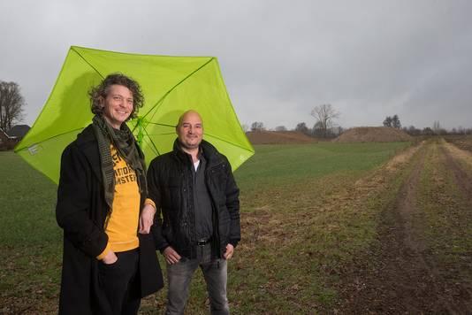Architect Ivo Hommel (links) en bedenker Roy Barthen op de plek waar binnenkort het paardenwijkje wordt gebouwd.