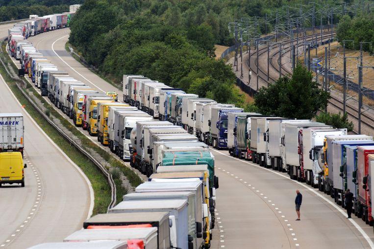 Truckers houden een gedwongen pitstop in Harrietsham, Kent. Bij een 'no deal' zou goederentransport van het VK naar Duitsland 72 uur gaan duren, tegenover 12 uur nu.  Beeld BELGAIMAGE