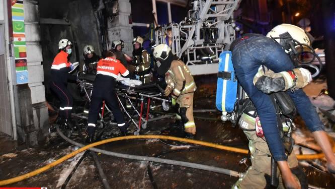 IN BEELD. Nieuwe foto's tonen hoe Brusselse brandweermannen slachtoffers uit appartementsblok dragen