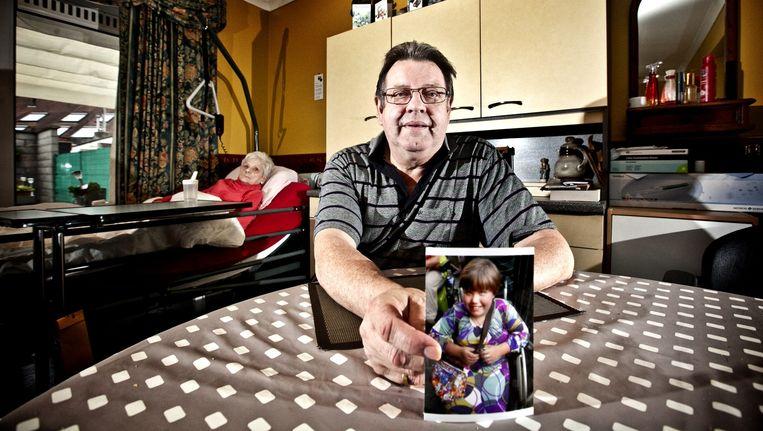 De opa van Iliana toont een foto van het meisje, dat met spina bifida geboren werd. Zij krijgt echter geen schadevergoeding voor haar bestaan. Beeld jonas lampens