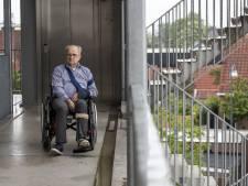 Theo (72) baalt van haperende liften in Almeloos complex: 'Slecht ter been? Dan kun je de deur niet uit'