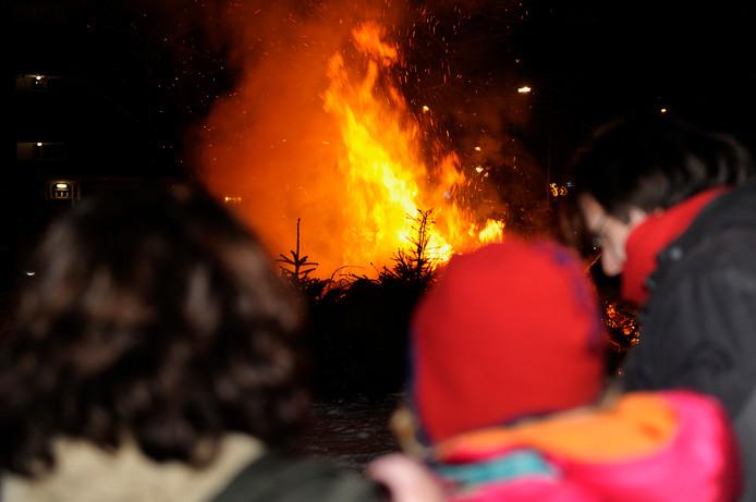 Genieten van een kerstboomverbranding in een wijk in Breda. foto René Schotanus
