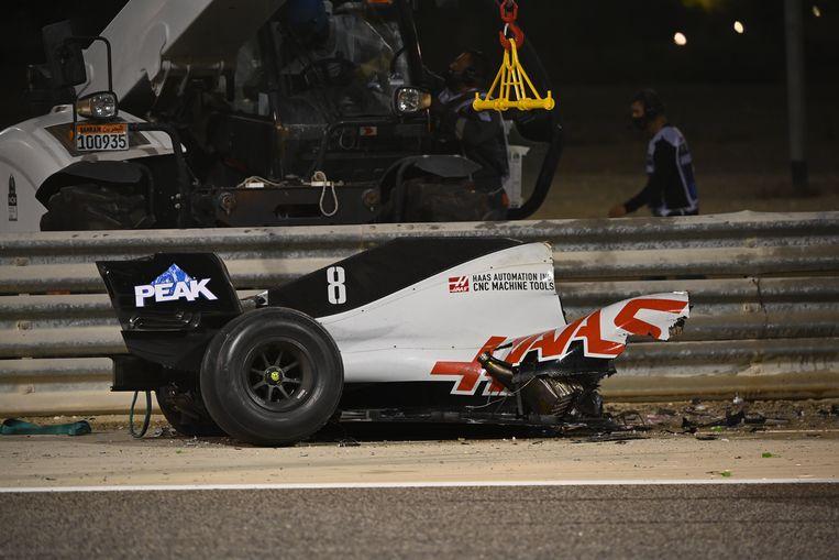 De Haas VF-20 van Romain Grosjean is bij de klap in tweeën gebroken, zoals uitgeprobeerd in duizenden crashtests. Beeld BSR Agency