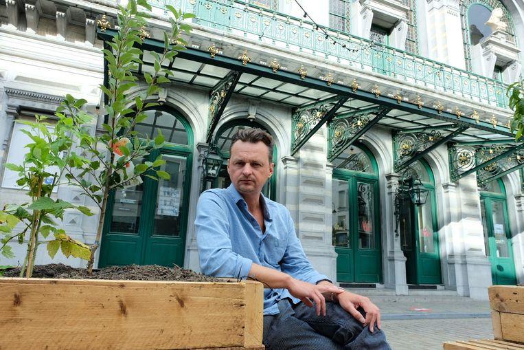 Onder andere Michael De Cock, artistiek leider van de KVS, zal tot minstens eind januari enkele uren per week voor de klas staan van het Don Bosco Technisch Instituut in Sint-Pieters-Woluwe. Beeld Marc Baert
