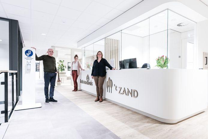 Vlnr: Fysiotherapeut Ton van Walstijn en huisartsen Gerjo Steeneveld (Het Raadhuis) en Petra Gerritsen ('t Zand) in het nieuwe gezondheidscentrum De Eik in Hengelo. Sabine Janssen ('t Zand) ontbreekt op de foto.