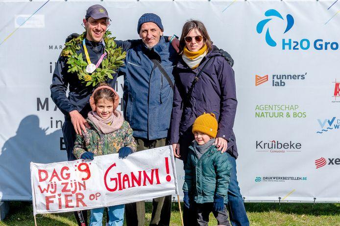 Gianni met zijn vrouw, twee kinderen en zijn vader.