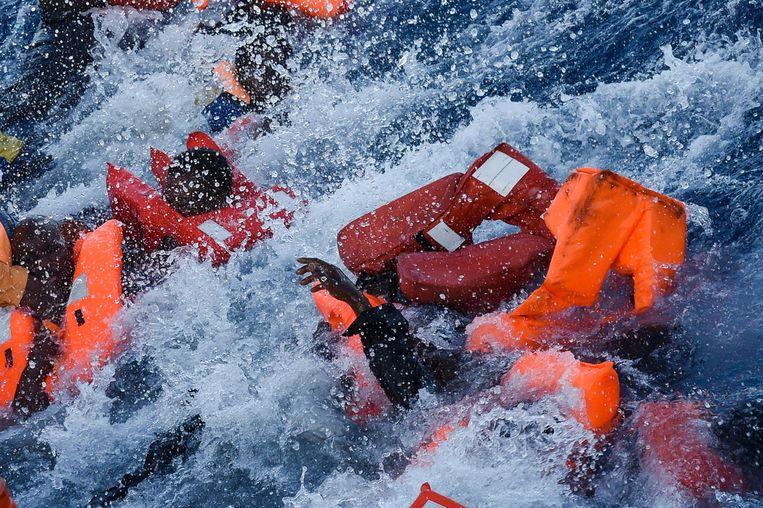 Paniek tijdens een reddingsoperatie. Beeld AFP