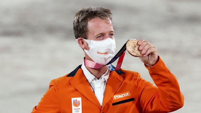 Maikel van der Vleuten toont zijn bronzen medaille.