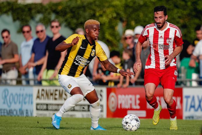 Charly Musonda (links) in actie voor Vitesse, in het oefenduel met Sivasspor in de voorbereiding van dit seizoen.