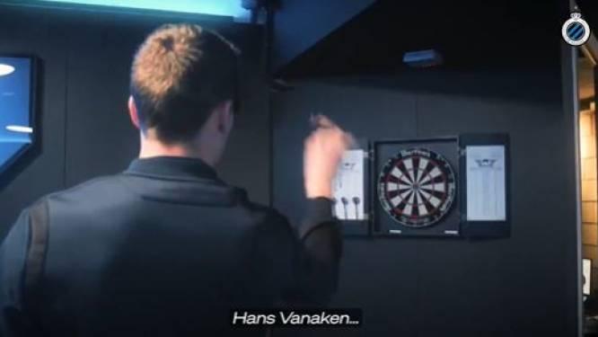 """Hans Vanaken speelt darts zoals hij penalty's omzet, drie keer achter elkaar in de bull: """"Niet verkeerd hé"""""""