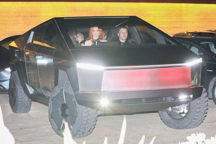 Elon Musk aan het stuur van zijn Cybertruck.