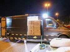 Politie houdt bestuurder aan, omdat hij 1000 kilo illegaal vuurwerk in zijn busje heeft